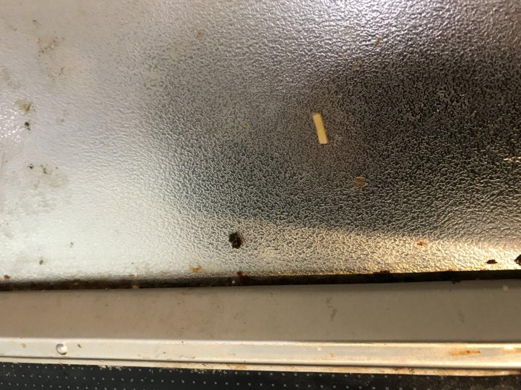 IHクッキングヒーターの隙間に汚れがたまっている